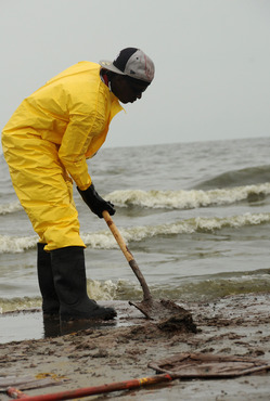 bp_oil_cleanup_worker.jpg